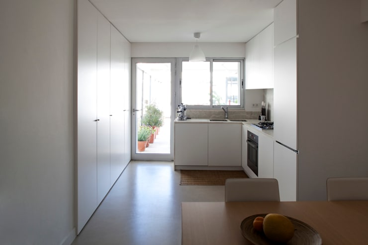 TM Apartment: Cozinhas modernas por TERNULLOMELO Architects