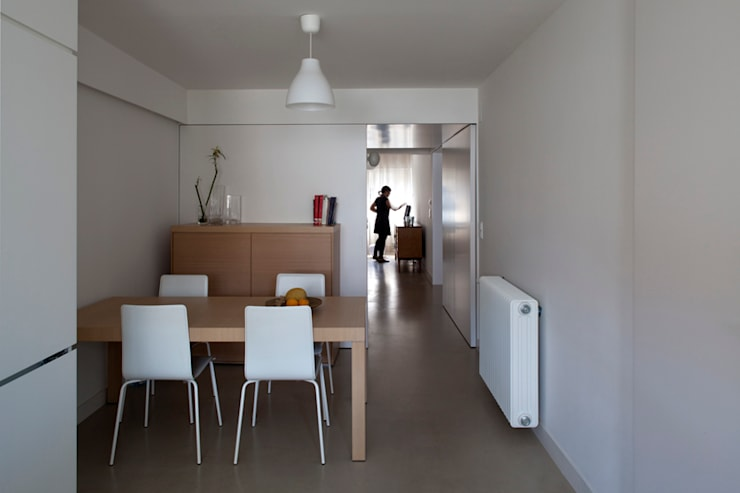 TM Apartment: Salas de jantar modernas por TERNULLOMELO Architects