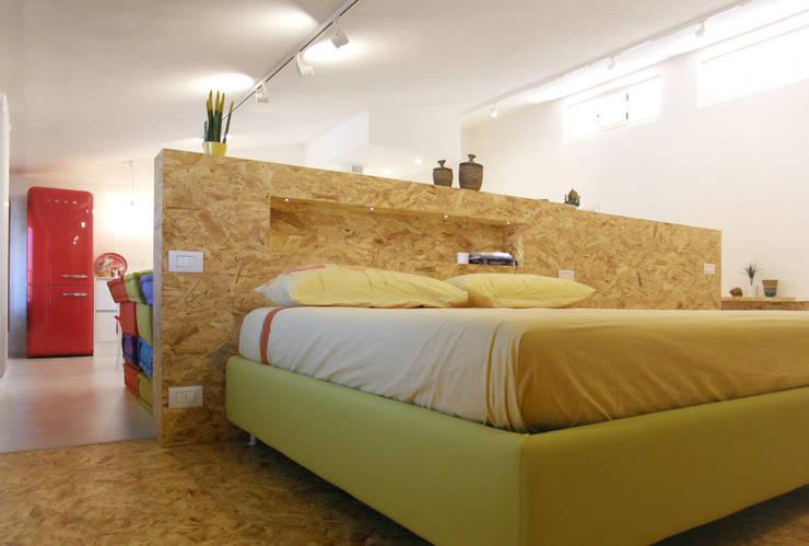 """open space:""""bianco""""_""""legno""""_""""colori"""": Camera da letto in stile  di msplus architettura"""