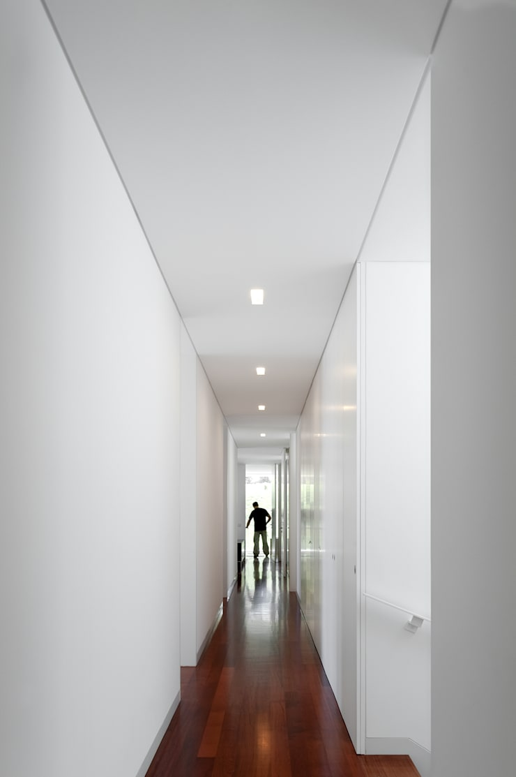 Casas de Paço de Arcos: Corredores e halls de entrada  por Atelier Central Arquitectos