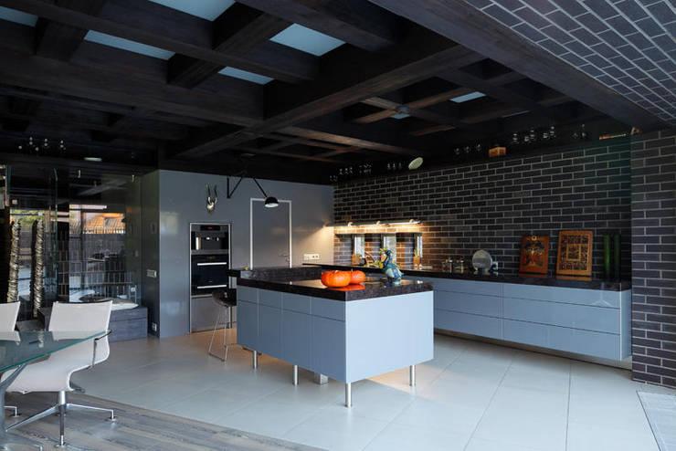 Загородный дом Подмосковье: Кухни в . Автор – Анахина