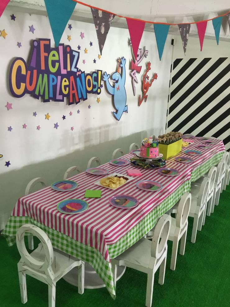 Área de fiestas infantiles: Habitaciones infantiles de estilo  por Artmosfera Kids