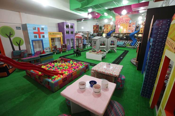 Artmosfera City, plaza patria: Salas multimedia de estilo  por Artmosfera Kids