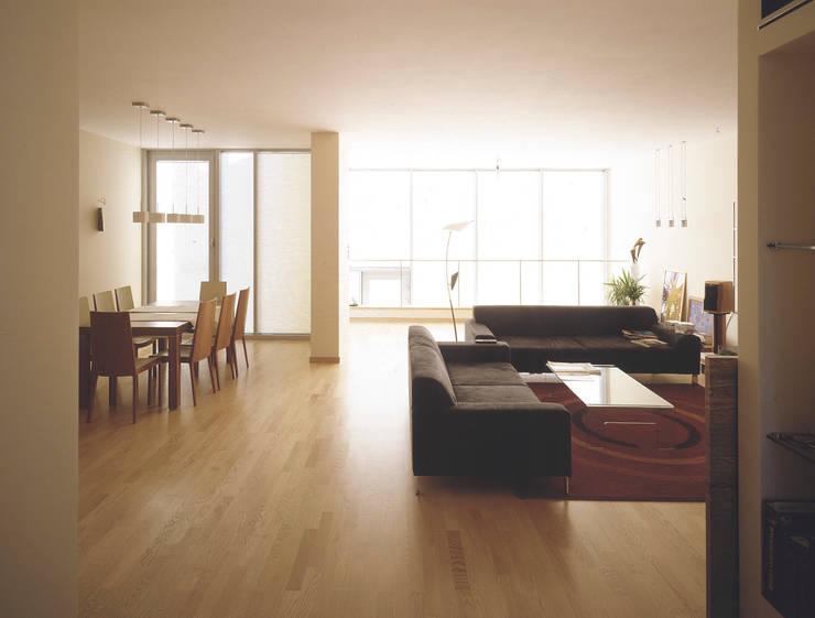 pokój dzienny: styl , w kategorii Salon zaprojektowany przez Atelier Loegler Architekci