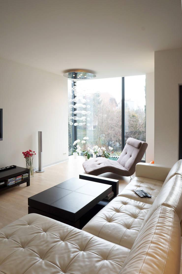 Rozbudowa domu: styl , w kategorii Salon zaprojektowany przez Grid Architekci ,