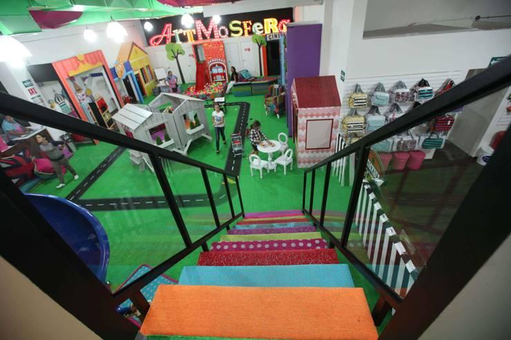 Artmosfera City, plaza patria: Pasillos y recibidores de estilo  por Artmosfera Kids