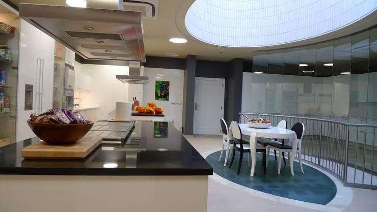 05-Casa Raúl. Cocina separada por actividades. Luz natural desde el lucernario oval, del techo: Cocinas de estilo  de DELSO ARQUITECTOS