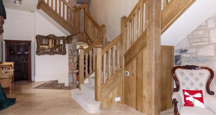Bespoke Oak Gothic Style stairs Couloir, entrée, escaliers ruraux par Buscott Woodworking Rural
