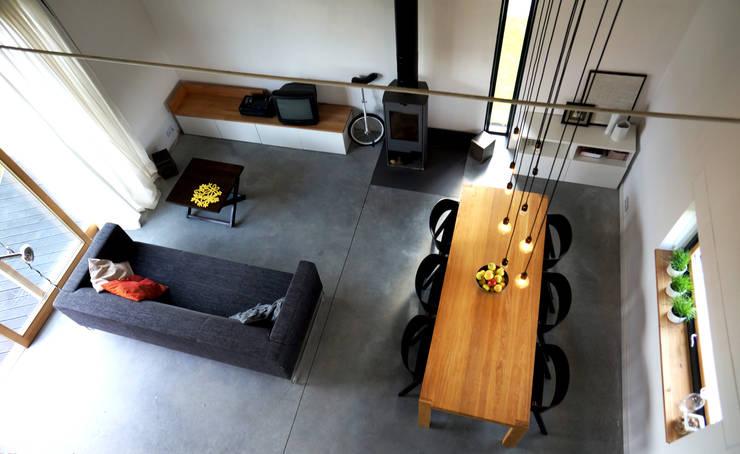 Dom jednorodzinny: styl , w kategorii Salon zaprojektowany przez Grid Architekci