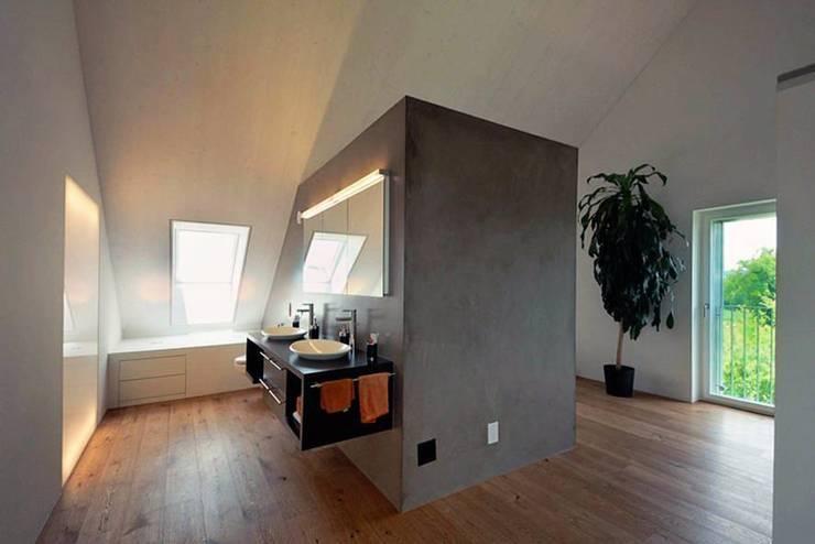 Banheiros modernos por Honegger Architekt AG