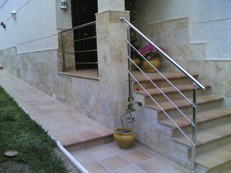 Jardines de estilo mediterraneo por CIERRES METALICOS AVILA, S.L.