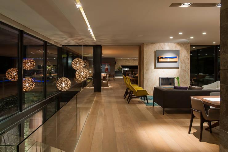 Pasillos y recibidores de estilo  por Vieyra Arquitectos
