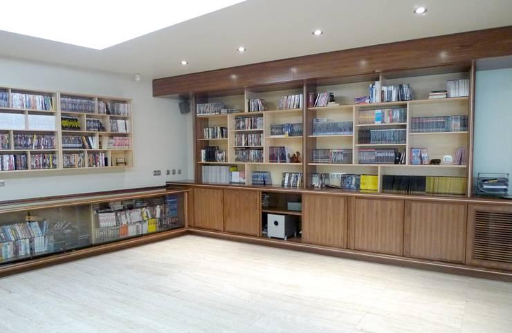16-Casa Raúl-  Sala de música . Muebles en madera nogal y mapple: Salas multimedia de estilo  de DELSO ARQUITECTOS
