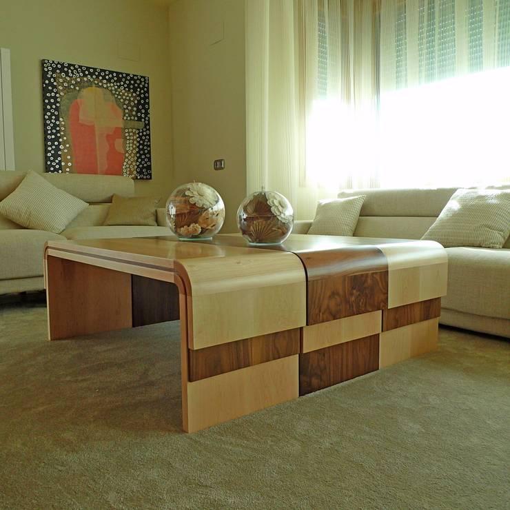 15-Casa Raúl- Mesita bicolor para el salón principal. Madera nogal y maple: Salones de estilo  de DELSO ARQUITECTOS