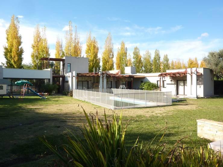 Vista Posterior: Piletas de estilo  por ADUO arquitectos
