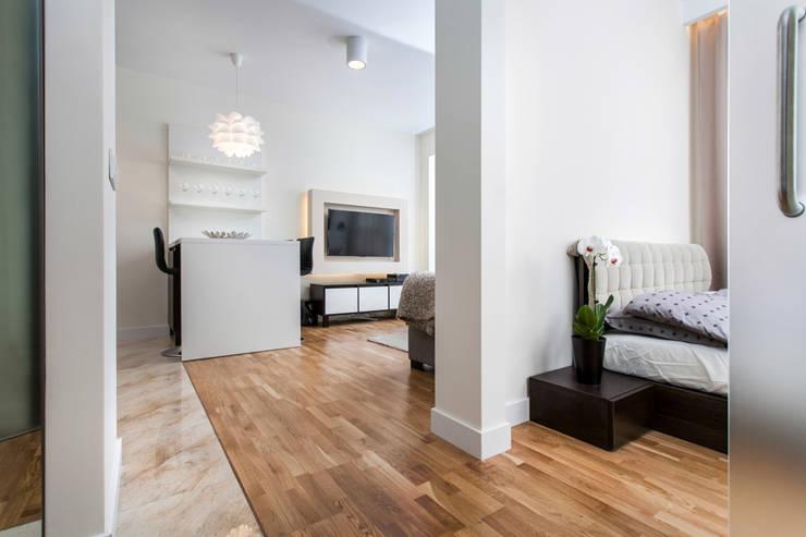 Garden Residence 11 - 32m2: styl , w kategorii Korytarz, przedpokój zaprojektowany przez UNQO