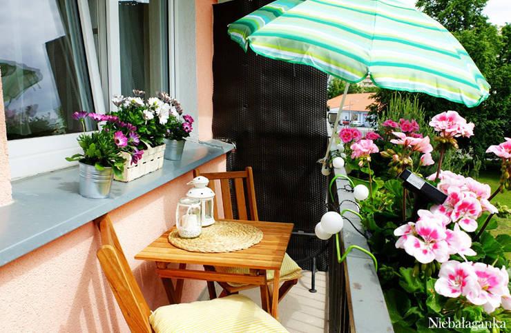 Aranżacja małego balkonu: styl , w kategorii Taras zaprojektowany przez Niebałaganka