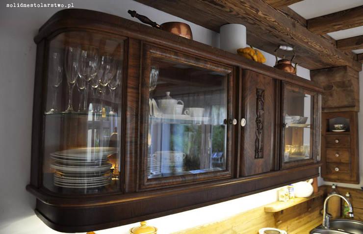 kreden s drewniany z oszklonymi wnękami na zastawę: styl , w kategorii Kuchnia zaprojektowany przez Zakład Stolarski Robert Latawiec