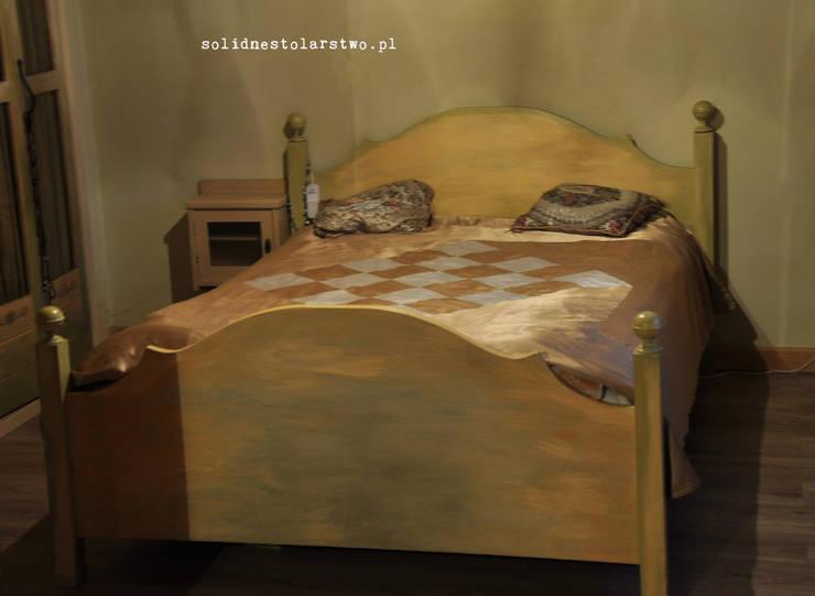 drewniane łoże w stylu rustykalnym: styl , w kategorii Sypialnia zaprojektowany przez Zakład Stolarski Robert Latawiec