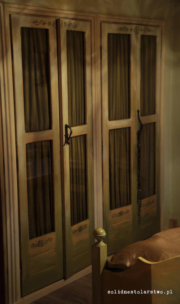 Drewniane drzwi w stylu rustykalnym: styl , w kategorii Sypialnia zaprojektowany przez Zakład Stolarski Robert Latawiec
