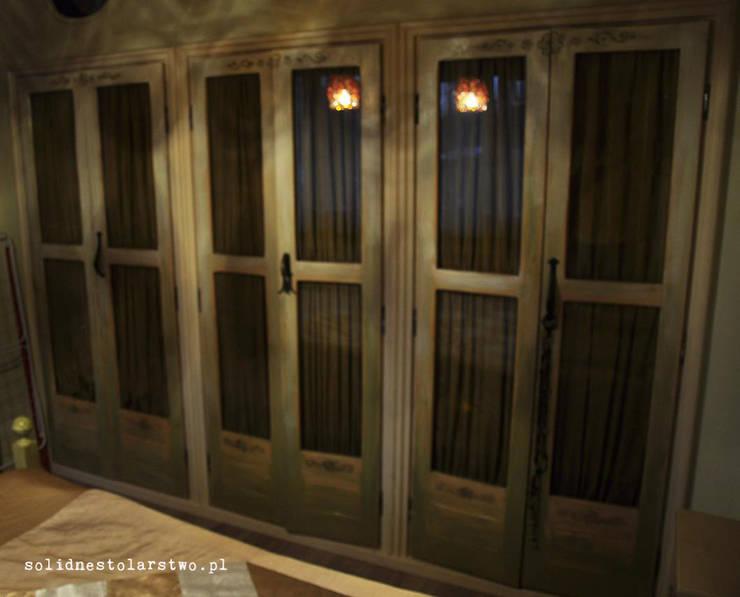 wielodrzwiowa szafa drewniana: styl , w kategorii Sypialnia zaprojektowany przez Zakład Stolarski Robert Latawiec