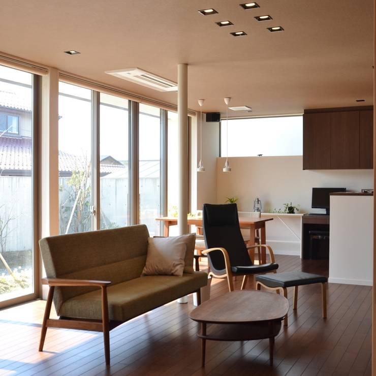 Гостиная в стиле модерн от 家楽舎 木田智滋住宅研究室 Модерн