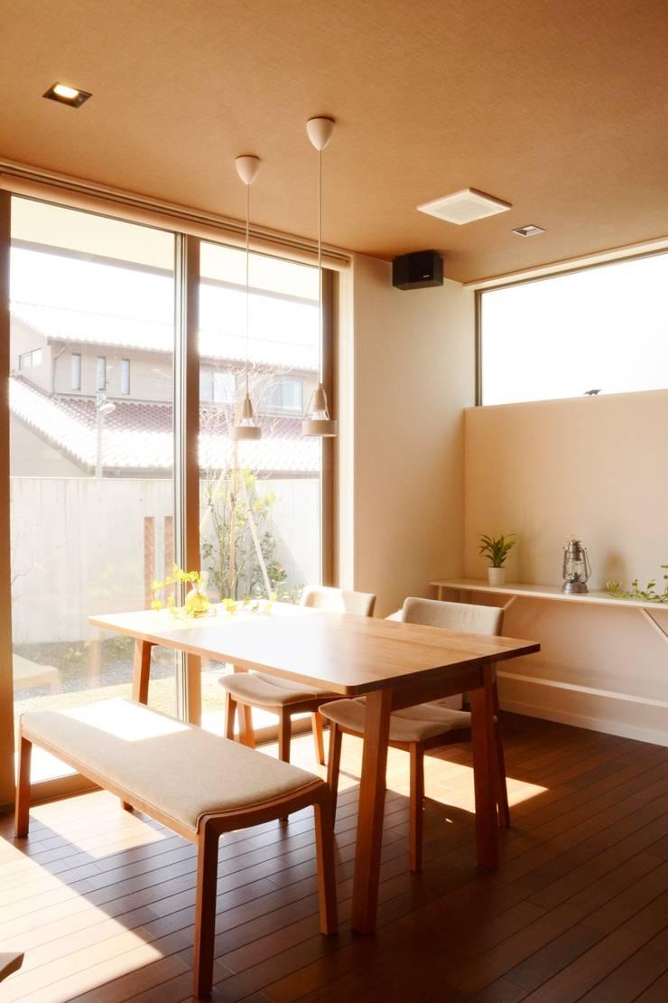 Столовая комната в стиле модерн от 家楽舎 木田智滋住宅研究室 Модерн