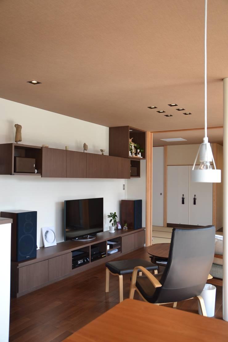 Living room by 家楽舎 木田智滋住宅研究室, Modern