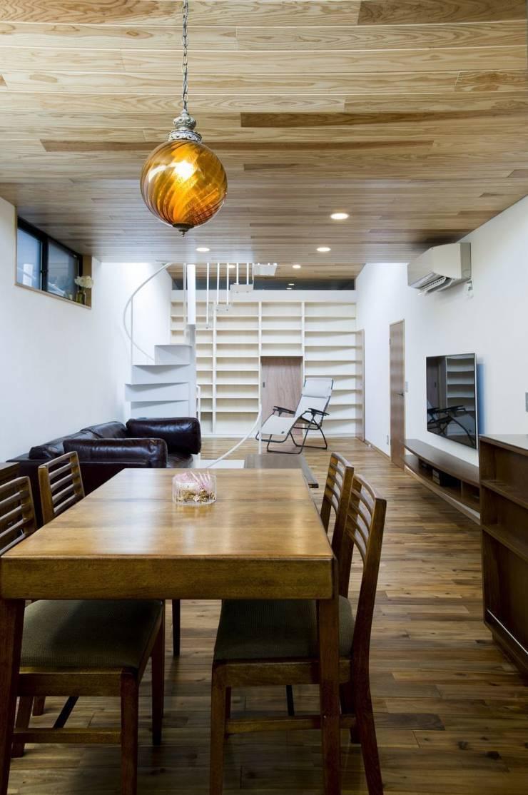TKGA 照国町の光を取り込む家: 太田則宏建築事務所が手掛けたダイニングです。