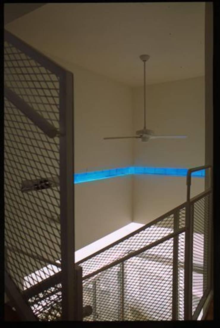 沖縄的スクリーンハウス: アアキ前田 株式会社が手掛けた廊下 & 玄関です。,モダン