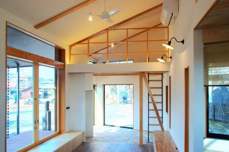 ARGA 姶良の雑木林の家: 太田則宏建築事務所が手掛けたリビングです。