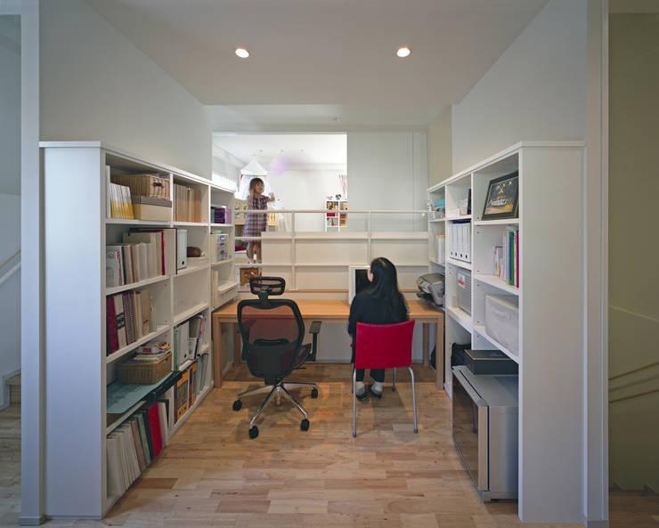 U邸: アートレ建築空間 一級建築士事務所が手掛けた和室です。