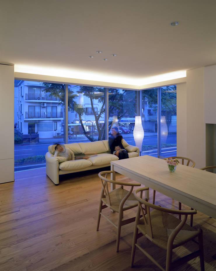 U邸: アートレ建築空間 一級建築士事務所が手掛けたリビングです。
