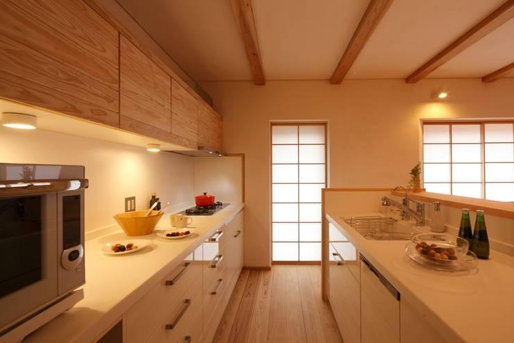 霧島の家 キッチン: 株式会社 住まいずが手掛けたキッチンです。