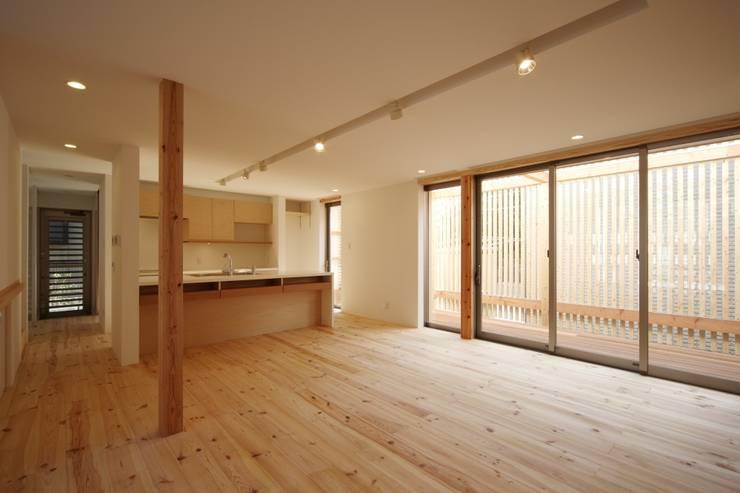 長尾台の家: 吉田慎二/建築・計画ワイズスタジオが手掛けたリビングです。