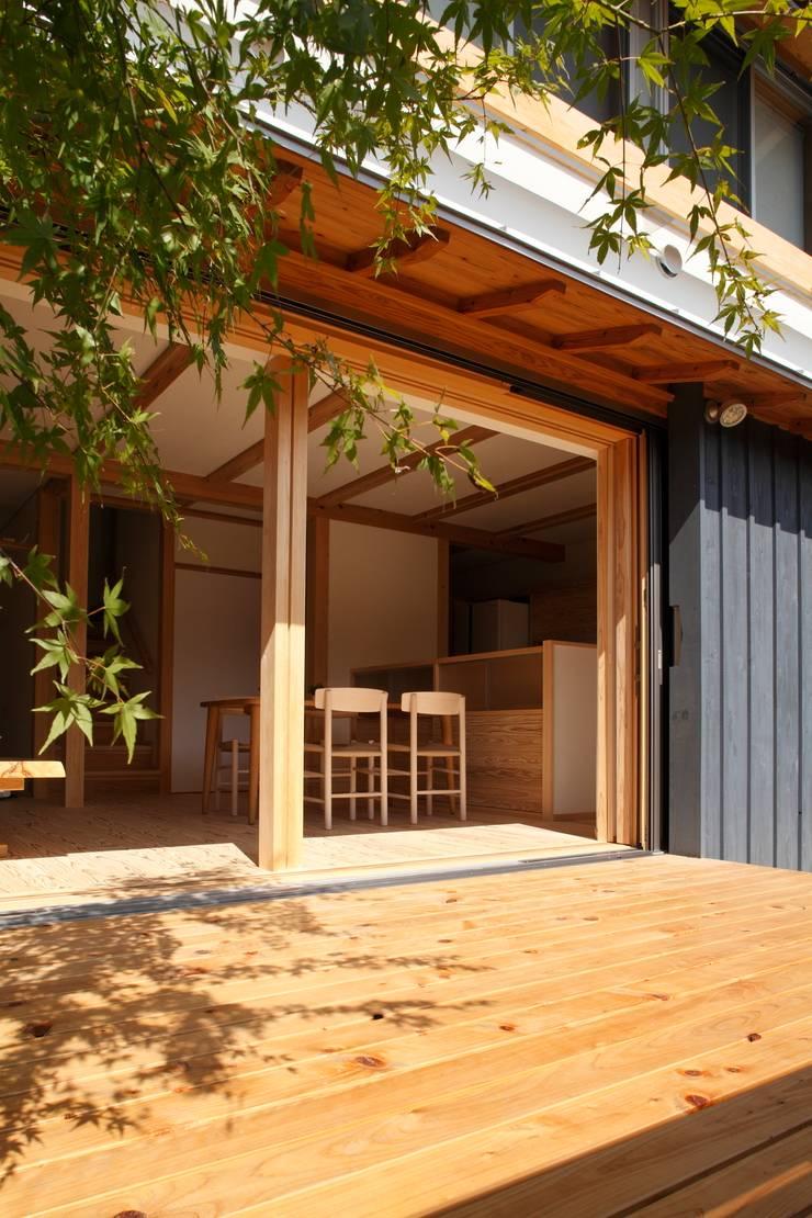 霧島の家 ウッドデッキ: 株式会社 住まいずが手掛けた家です。