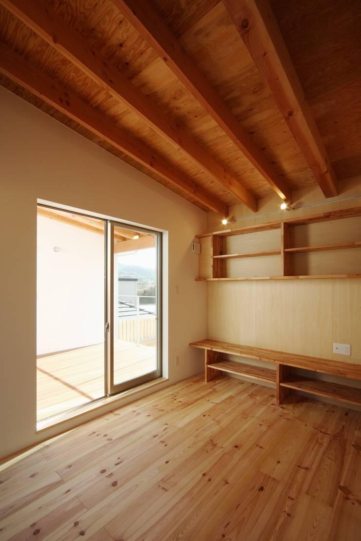 長尾台の家: 吉田慎二/建築・計画ワイズスタジオが手掛けた寝室です。