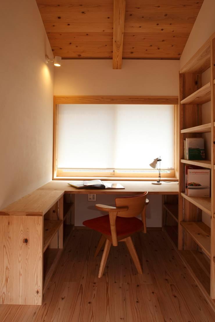 霧島の家 書斎: 株式会社 住まいずが手掛けた和室です。