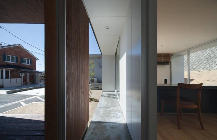 ALLEY HOUSE: 吉田慎二/建築・計画ワイズスタジオが手掛けたテラス・ベランダです。