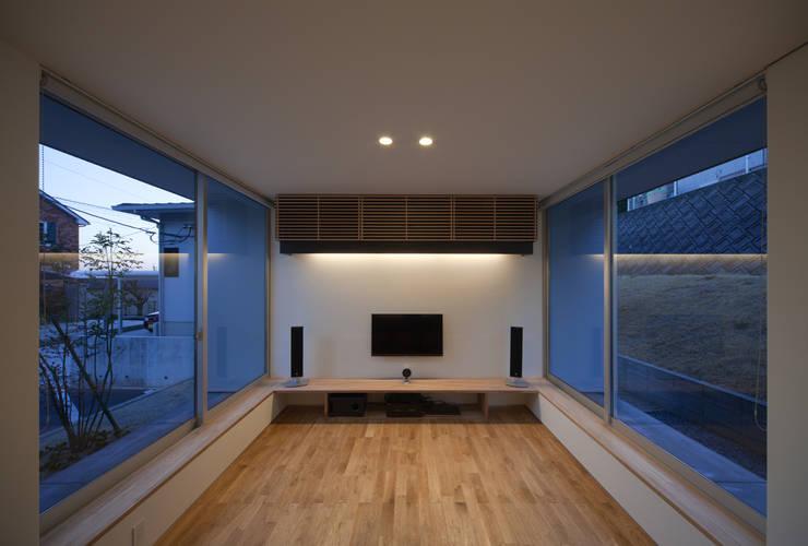 ALLEY HOUSE: 吉田慎二/建築・計画ワイズスタジオが手掛けたリビングです。