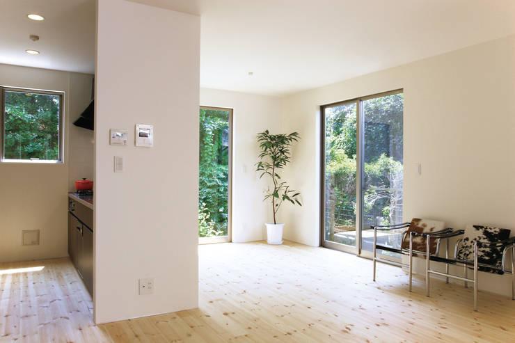 中庭を囲む家/リビングリーム: アトリエ・ノブリル一級建築士事務所が手掛けた寝室です。