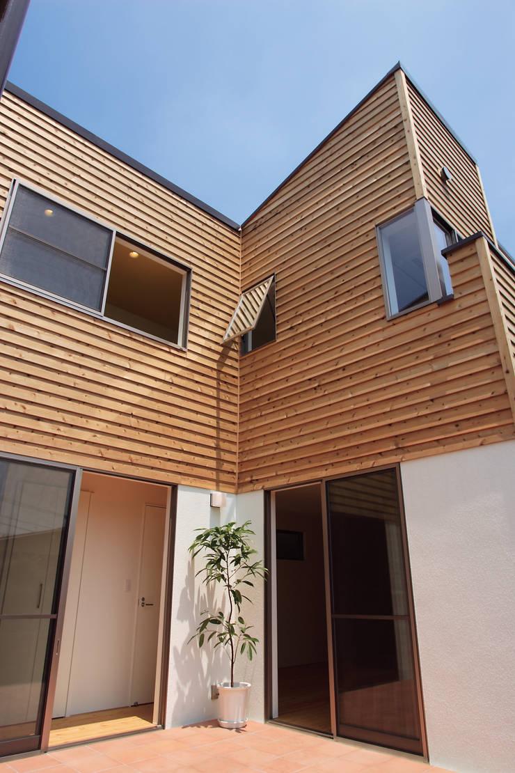 中庭を囲む家/中庭からみた外壁: アトリエ・ノブリル一級建築士事務所が手掛けた家です。