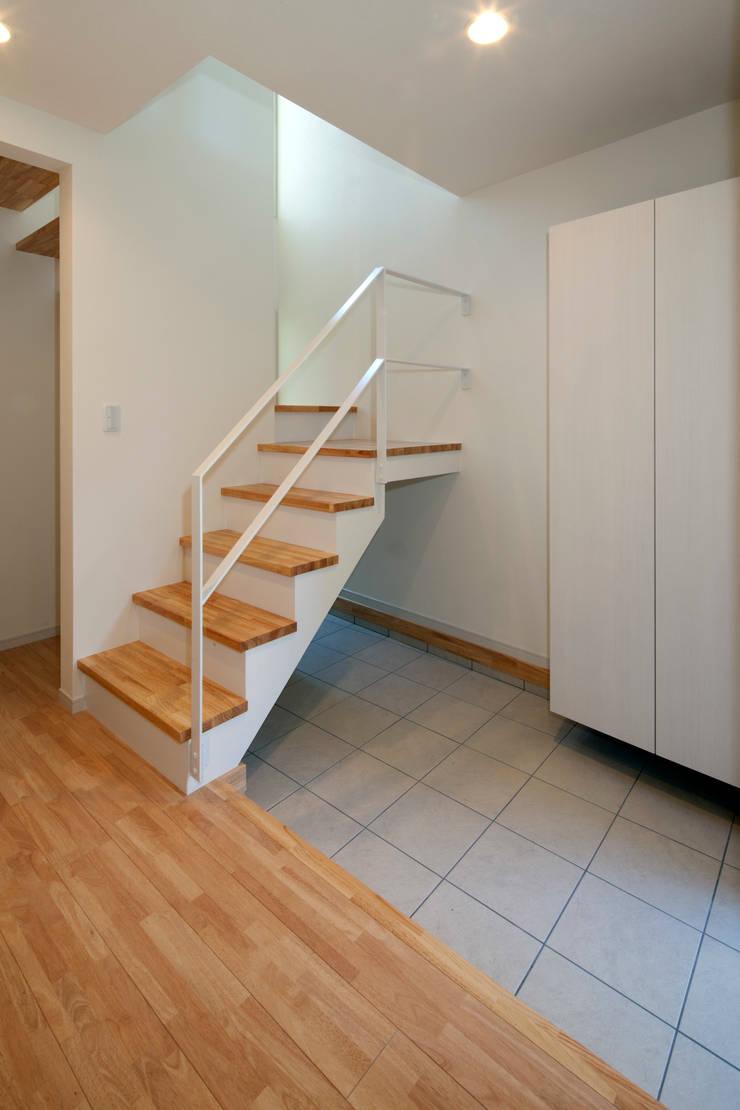 大島の家/エントランスホール: アトリエ・ノブリル一級建築士事務所が手掛けた家です。