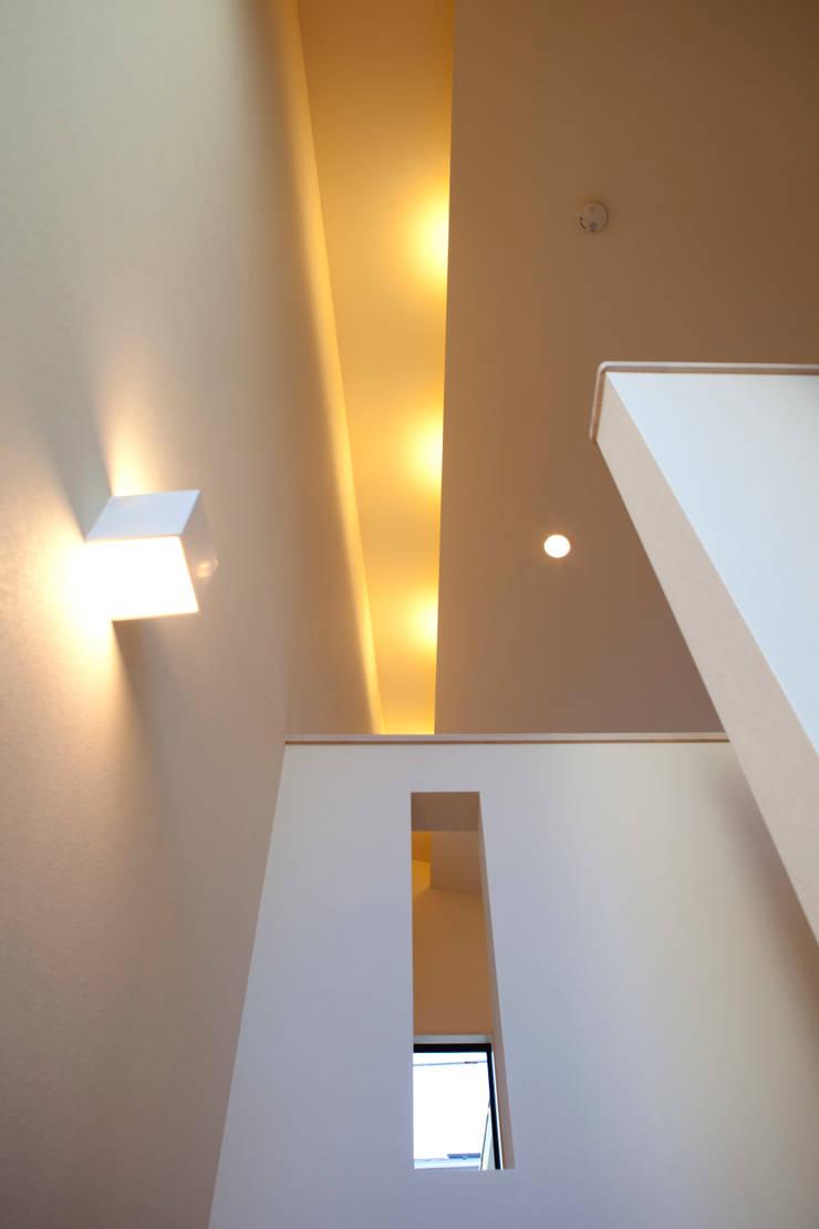 大島の家/リビングルーム: アトリエ・ノブリル一級建築士事務所が手掛けたリビングです。