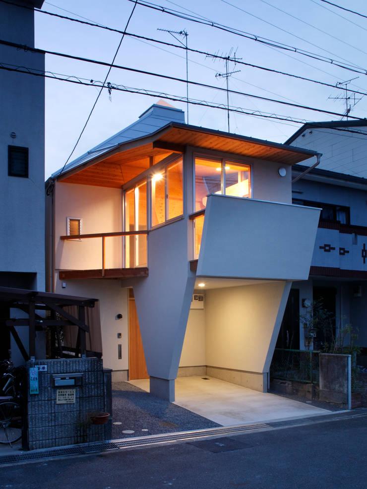 K氏のアトリエ・夕景: 塔本研作建築設計事務所が手掛けた家です。