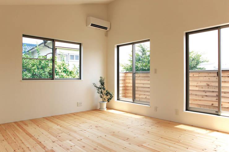 中庭を囲む家/主寝室: アトリエ・ノブリル一級建築士事務所が手掛けた寝室です。