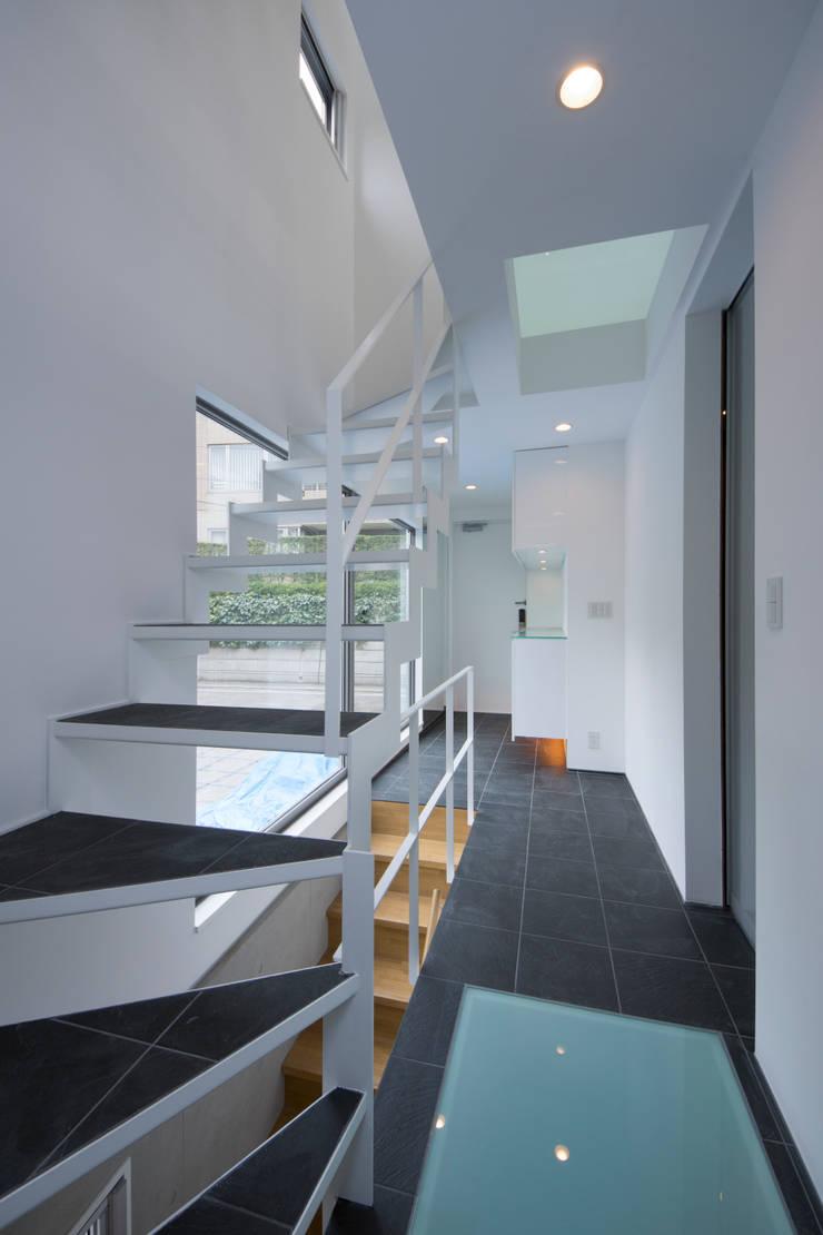 T-HOUSE/エントランスホール: アトリエ・ノブリル一級建築士事務所が手掛けた廊下 & 玄関です。