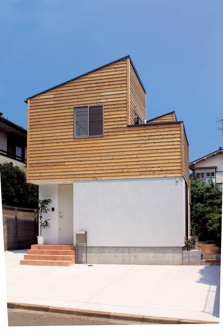 中庭を囲む家/エントランス: アトリエ・ノブリル一級建築士事務所が手掛けた家です。