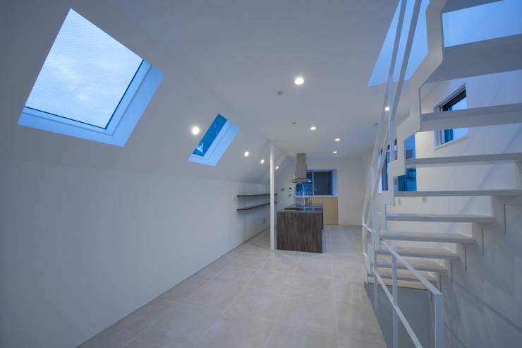 T-HOUSE/リビングルーム: アトリエ・ノブリル一級建築士事務所が手掛けたリビングです。