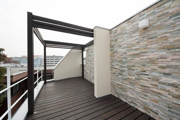 T-HOUSE/ルーフバルコニー: アトリエ・ノブリル一級建築士事務所が手掛けたテラス・ベランダです。